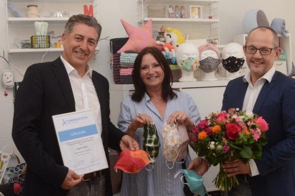 Dr. David Borquéz (links) und Dr. Horst-Dieter Weinhold freuen sich über Ingrid Barth-Krolls Initiative.