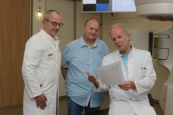 Dr. Horst-Dieter Weinhold und Dr. Dirk Hennesser freuen sich über die erfolgreiche Tumorbehandlung bei Wilfried Gönnemann.